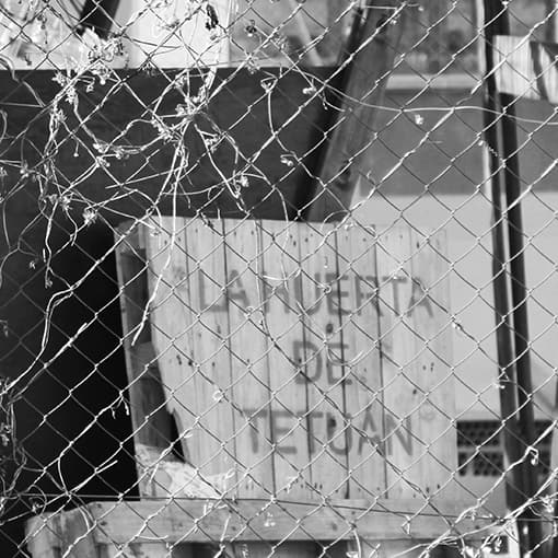 cartel de la huerta de tetuán detras de valla