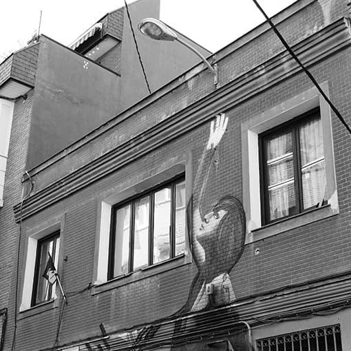pintura de mujer realizada sobre fachada