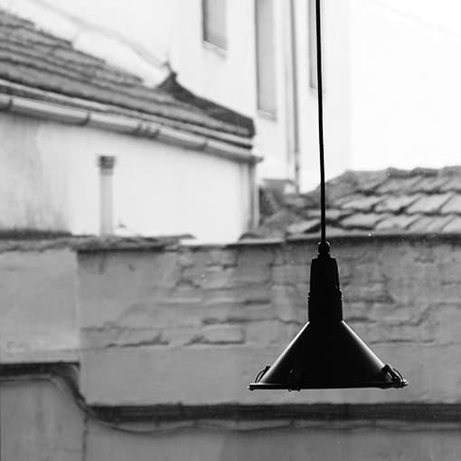 lampara colgada en interior de vivienda