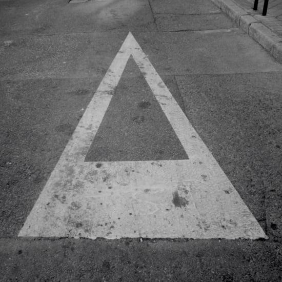 señal de ceda el paso pintada en asfalto