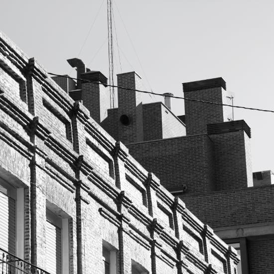 fachada de ladrillo y chimeneas