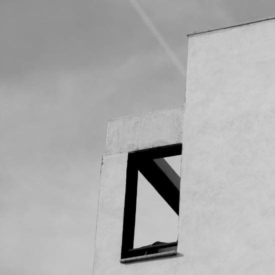 fachada blanca de vivienda con ventana