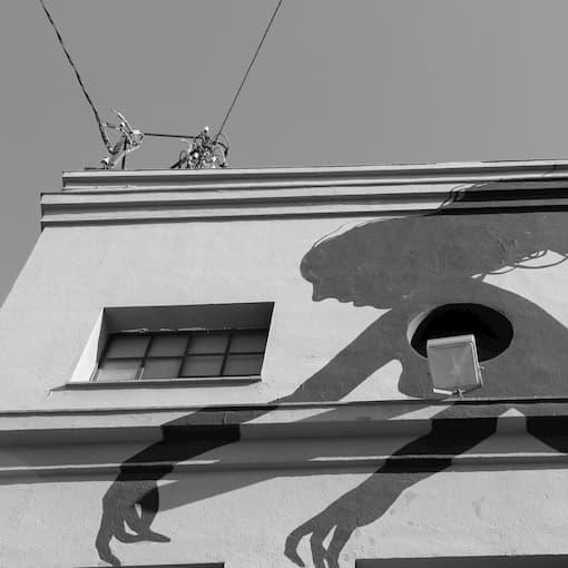 pintura de una sombra humana sobre fachada
