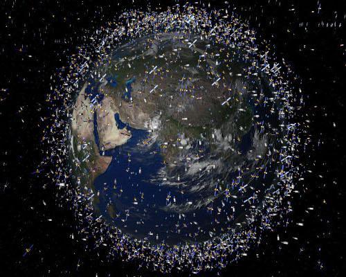 La órbita de la Tierra también está llena de desperdicios. Millones de kilos de restos de la carrera espacial.