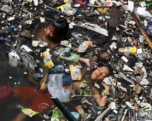 La India, un destino tan espiritual como para olvidarse de que el río Yamuna, afluente del Ganges, recoge el 58% de la basura de la ciudad de Nueva Delhi.