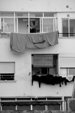 fachada con sabanas colgadas en el barrio de tetuan en madrid
